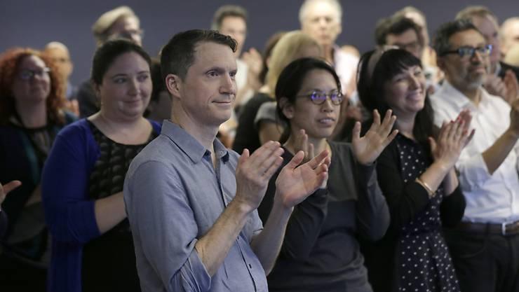 """Journalisten applaudieren den Gewinnern des Pulitzerpreises. Den Hauptpreis erhielt die Zeitung """"Sun-Sentinel"""" aus dem US-Bundesstaat Florida für ihre Berichterstattung nach dem Massaker an einer High School."""
