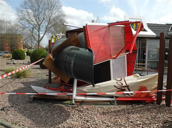 Der Unfallfahrer prallte in die Rutschbahn im Aussenbereich des Bad Säckinger McDonald's-Restaurants.