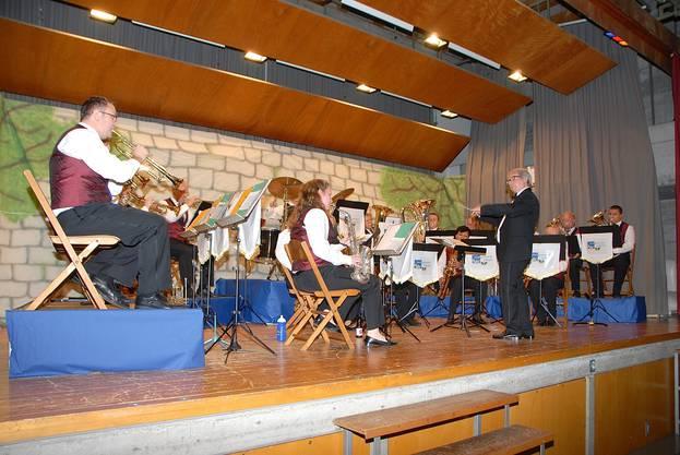 Unter der Leitung von Alfredo Thurnheer führt die Musikgesellschaft Rekingen an ihrem Konzert durch ein Jahrhundert Blasmusik