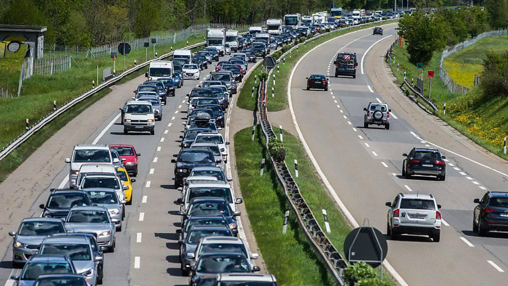 Kein neues Bild am Gotthard: Der Rückreiseverkehr in Richtung Norden staut sich auf der A2 vor dem Südportal bis auf zwölf Kilometer mit einer Wartezeit von etwa drei Stunden. (Archivbild)
