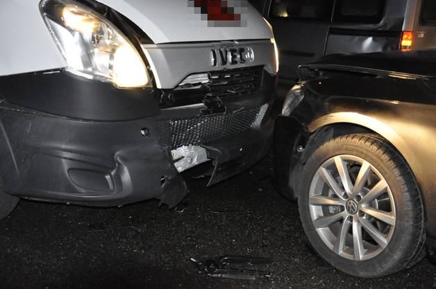 Zwei Autos versuchten auszuweichen, konnten aber eine Kollision nicht mehr verhindern.