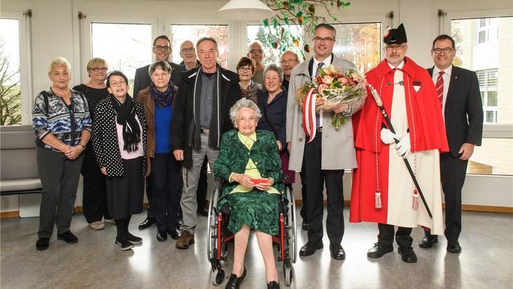 Theresia Arn-Pfluger feiert mit der Familie sowie mit Landammann Remo Ankli (mit Blumen) den 100. Geburtstag. Michel Lüthi