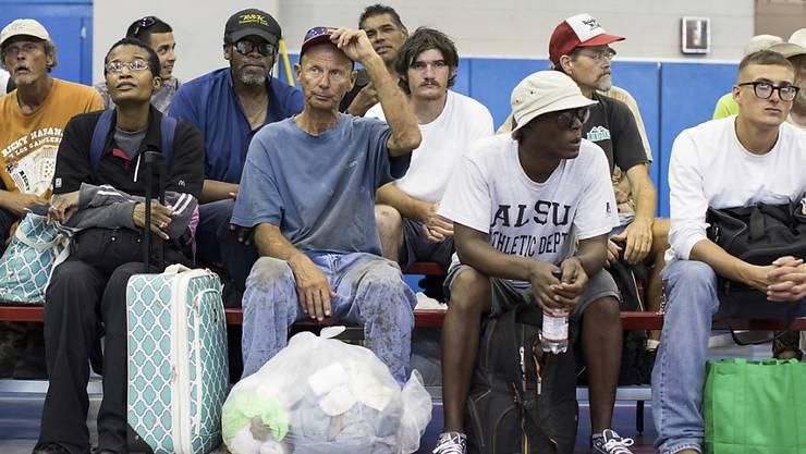 Bewohner aus Corpus Christi im US-Bundesstaat Texas warten auf ihre Evakuierung per Bus.