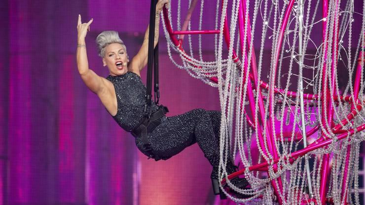 Cool, selbstbewusst und mutig: Pink liefert im Letzigrund eine starke Show.