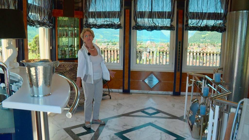 Susanne zeigt ihr von Bergen und Seen umgebenes «Dihei»