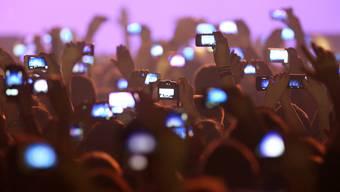 Ohne Lithium-Ionen-Akkus gäbe es keine Handys: Fans filmen am Konzert des deutschen Rappers Cro.