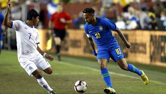 Brasiliens Neymar (rechts) versucht ein Dribbling gegen Gilberto Baires von El Salvador