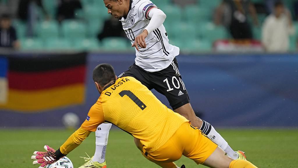 Deutschlands Lukas Nmecha umspielt den portugiesischen Torhüter Diogo Costa und erzielt das 1:0 im Final der U21-EM