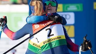 Grosser Jubel im Ziel: Die Premierensiegerin Nadine Fähndrich (Nummer 2) umarmt ihre Teamkollegin Laurien van der Graaff