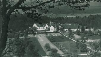 Eine historische Aufnahme mit unbekanntem Datum von der Klosteranlage und dem Kinderheim in Hermetschwil.