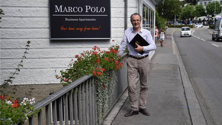 René Holenweger vor seinem Hotel Marco Polo – Business Apartments. Nora Güdemann