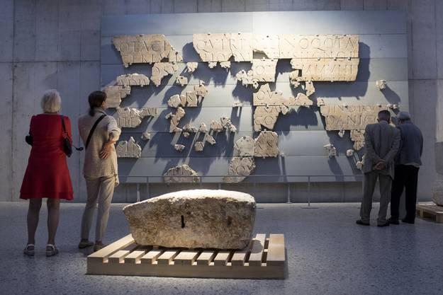 Besucher erkunden die neuen Ausstellungsräume.