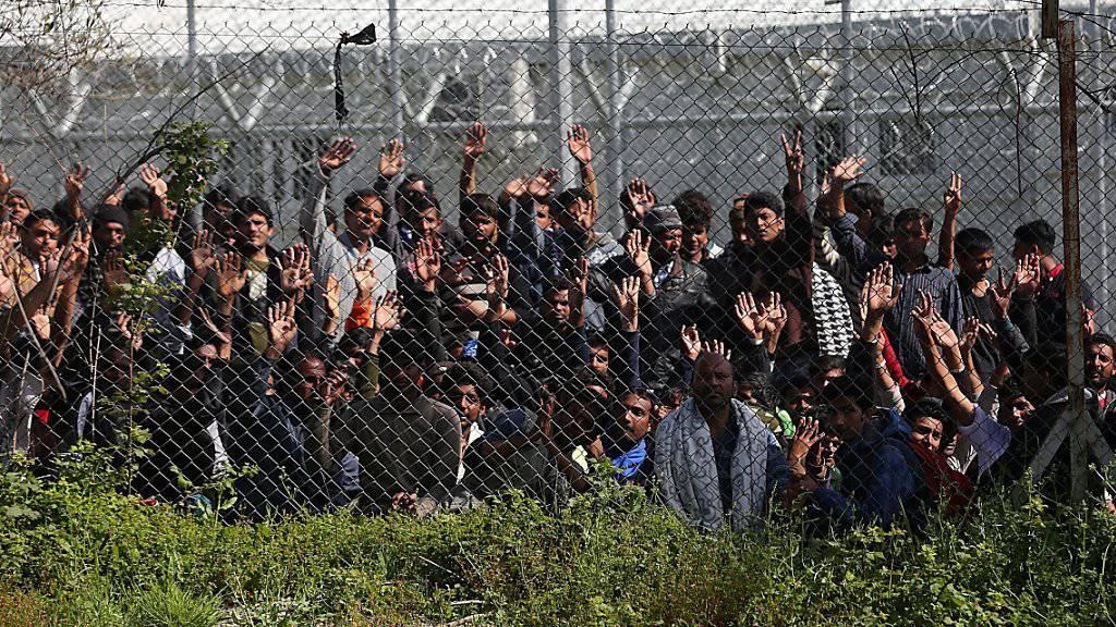 Migranten und Flüchtlinge in Griechenland: Beim EU-Hotspot auf der griechischen Insel Samos ist es in der Nacht zum Freitag zu schweren Schlägereien gekommen. Es gab mindestens 20 Verletzte. (Archivbild)