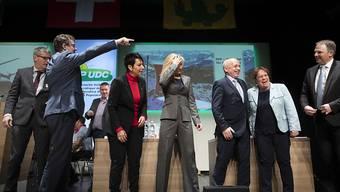 Parteipräsident Albert Rösti zeigt den Weg. Die Parteileitung der SVP Schweiz an der Delegiertenversammlung in Gossau (SG).