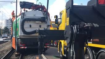 Leer wiegt das Unglücksfahrzeug fast 16 Tonnen, inklusive Sprühwasser zur Staubbindung kommt es auf rund 18 Tonnen.