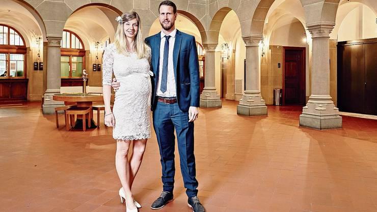 Der sonst stark frequentierte Lichthof im Zürcher Stadthaus ist wie ausgestorben, als Andrea und Daniel Josi am Donnerstag heiraten.