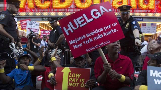 Mitarbeiter Von Fast Food Ketten In Usa Demonstrieren Für Mehr Lohn