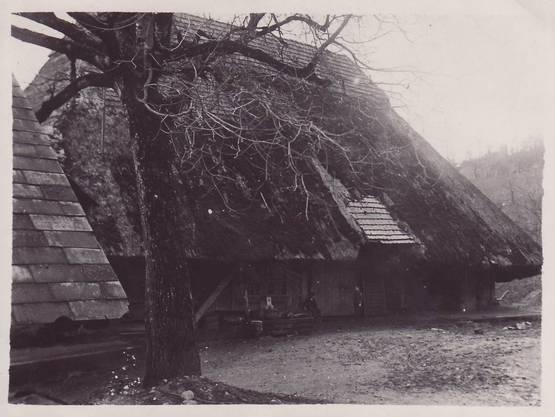 Das Bauernhaus (von Buchers) mit Strohdach, das Elternhaus von Margrit Hartmann und Hans Bucher