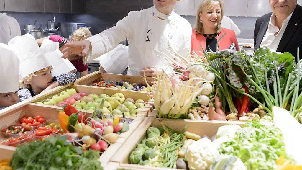 """Will mit seiner Küche """"die Sinne wecken"""": Benoît Violier (links) mit Kochschülern in seinem Reich. (Archivbild)"""