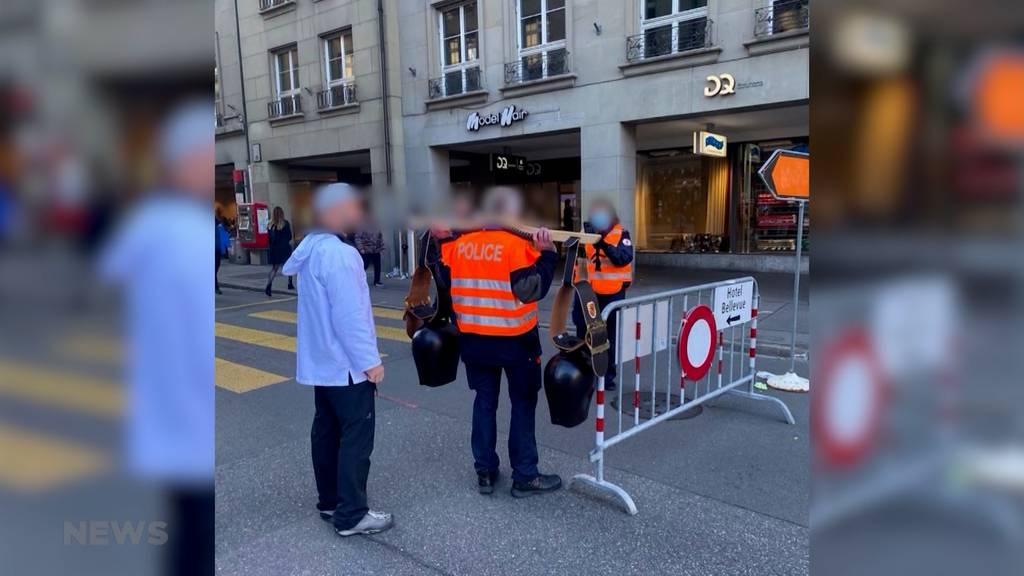 Polizist posiert an Corona-Demo mit Trycheln