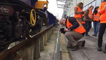 Einer der bald 16 Güterwagen-Prototypen wird von Medienschaffenden in der SBB Cargo-Serviceanlage in Muttenz begutachtet.