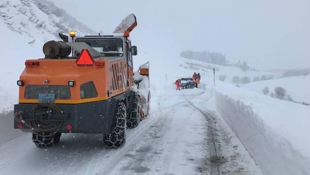 Schneeräumfahrzeug auf der Furkastrasse.