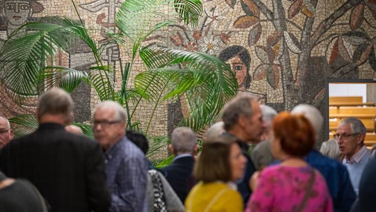 Vor Albert Häubis Mosaik trafen sich die ehemaligen Mitarbeitenden des BBZ Olten zu einem gemütlichen Austausch.