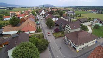 Bald im Besitz der Bürgergemeinde: Die Liegenschaft mit Volg-Laden an Dorfstrasse 70 (rechts).
