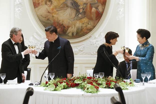 Leuthards Ehemann Roland Hausin stösst mit dem chinesischen Präsidenten an. Leuthard mit Xi's Ehefrau Peng Liyuan.