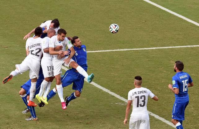 Uruguays Godin trifft nach einem Eckball per Kopf zum 1:0-Siegtreffer