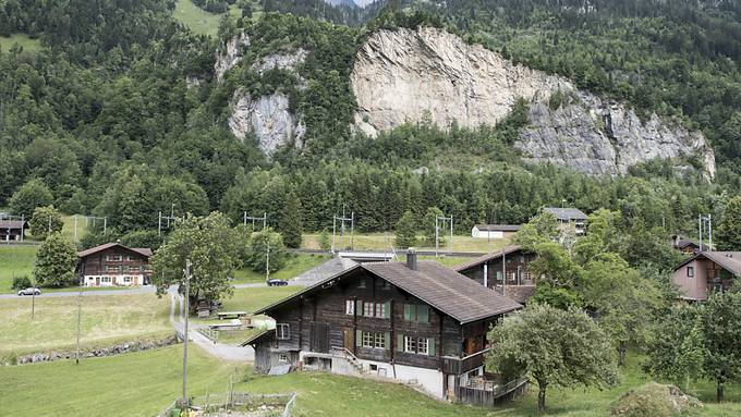 Die Ortschaft Mitholz mit dem Felsen, der 1947 teilweise weggesprengt wurde. (Archivbild)