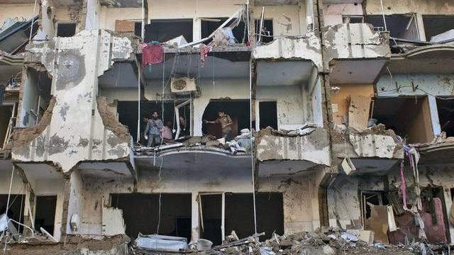 Bild der Verwüstung: Ein Gebäude in Karachi wurde nach der Explosion der Autobombe komplett zerstört