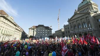 8000 Menschen demonstrieren auf dem Bundesplatz in Bern gegen die Initiative.
