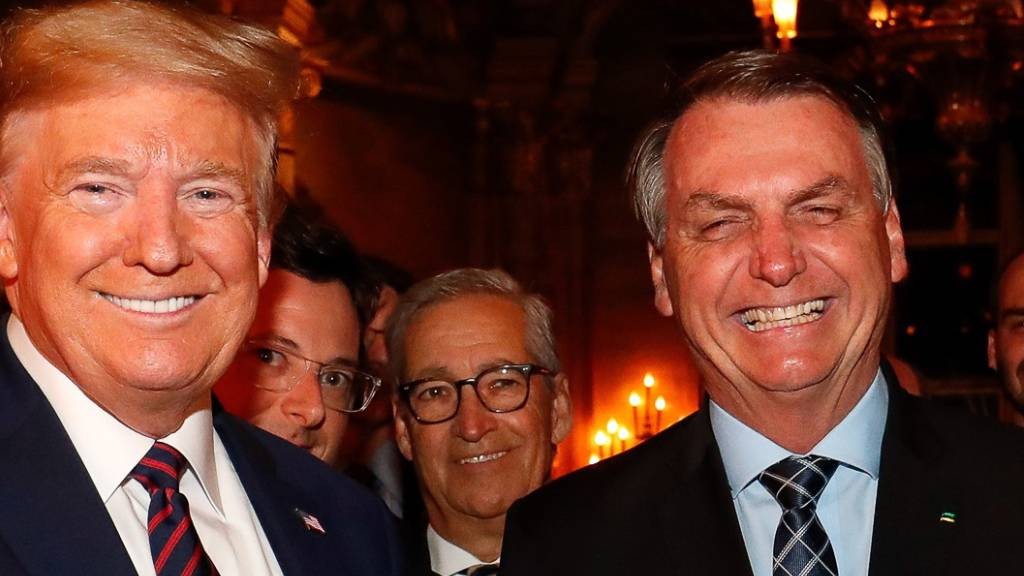 Brasiliens Staatschef Bolsonaro (r) war am Samstag zu einem Treffen mit US-Präsident Trump in dessen Resort in Mar-a-Lago in Florida. (Bild vom Samstag, 7. März)