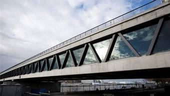 Die Dreirosenbrücke ist nur rheinaufwärts verglast. Auf der anderen Seite ist eine Verglasung unmöglich.