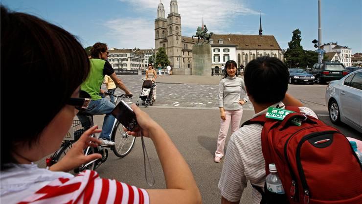 Reisende aus Asien beim Grossmünster – sie retten den Zürcher Tourismussommer. Alessandro Della Bella/Keystone