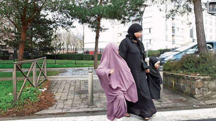 Eine Muslimin und ihre Kinder auf dem Weg in eine Moschee im Pariser Vorort Aulnay-sous-Bois.