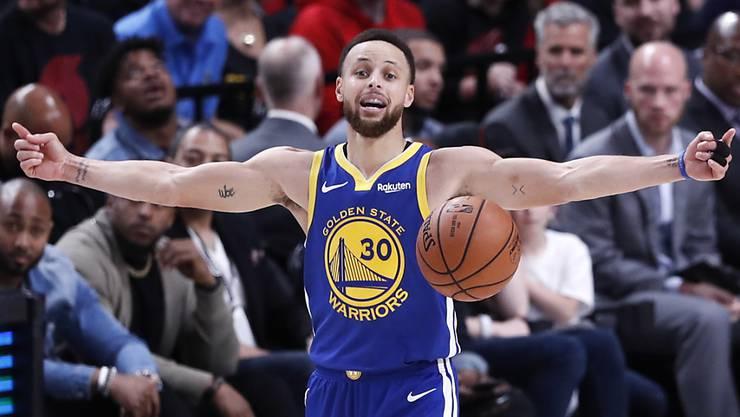 Geschafft: Stephen Curry feiert den Auswärtssieg.