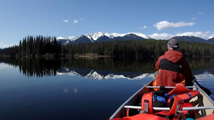 Der in Egliswil lebende Reisefotograf und Reportagenautor Edi Aschwanden auf einer Kanu-Fahrt während seiner jüngsten Kanada-Reise.  zvg