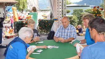 Die 86-jährige Wettingerin Ruth Hagenbach, der junge Bremgarter Nino Schuppisser und Bremgartens Jasskönig Jimmy Gehrig trumpften auf; rechts Moderator Roman Kilchsperger und Ref Dani Müller.