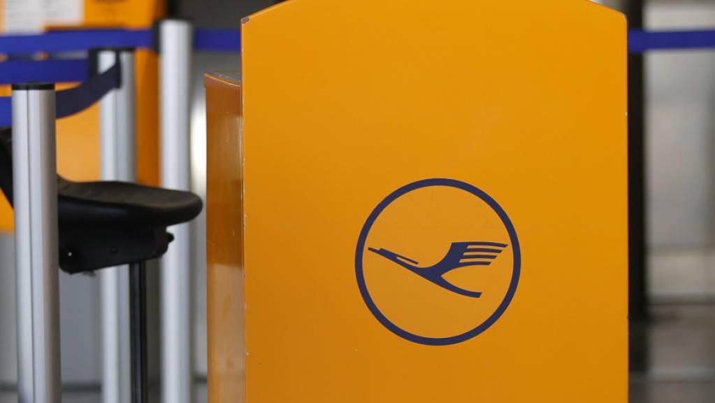 Mit verbindlichen Corona-Schnelltests unmittelbar vor dem Abflug will der Lufthansa-Konzern wieder mehr Flugreisen auf interkontinentalen Strecken ermöglichen. Das Pilotprojekt auf einigen Strecken in die USA soll noch im Oktober starten. (Archivbild)