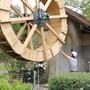 Thumb for 'Das Mühlerad wird ins Möhliner Mühlehäuschen gehievt'