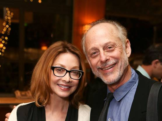 """25. März: US-Schauspieler Mark Blum (mit Schauspielerin Sharon Lawrence) ist mit 69 Jahren an den Folgen einer Covid-19-Infektion gestorben. Blum wurde mit Filmen wie """"Desperately Seeking Susan"""" und """"Crocodile Dundee"""" bekannt."""