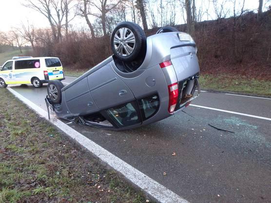 Fislisbach AG, 14. Januar: Eine 42-jährige Frau verliert zwischen Fislisbach und Mellingen die Herrschaft über ihr Auto, in einer Kurve und mutmasslich wegen eines Fahrfehlers. Es kommt von der Strasse ab und überschlägt sich. Die Fahrerin bleibt unverletzt.