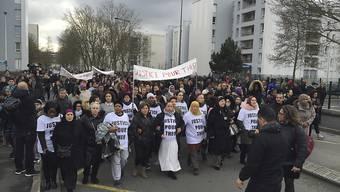 Ein Protestmarsch für den misshandelten jungen Mann in Aulnay-sous-Bois am Montag. In der Nacht kam es zu Ausschreitungen im Pariser Vorort.