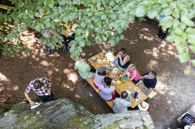 Auf den Leserwanderungen ist es immer wieder schön anzusehen, wie gut sich die Wanderinnen und Wanderer selbst verpflegen – nicht nur mit fester, sondern auch mit flüssiger Nahrung.