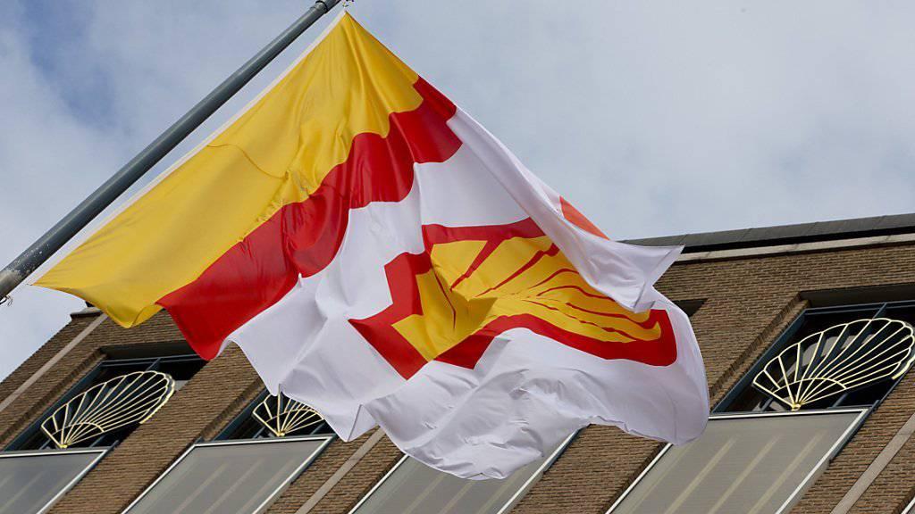 Der Zerfall der Ölpreise macht Shell zu schaffen. Der britisch-niederländische Konzern muss einen Gewinneinbruch hinnehmen.