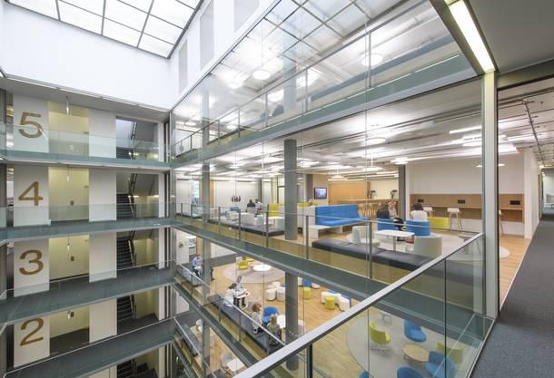 Lichtdurchflutet und in coolem Design gehalten, sind die neuen Räume des Bayer-Gebäudes.