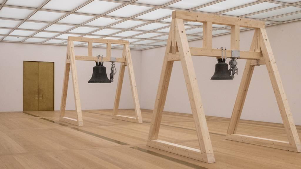 Mit Glocken und Triangeln macht US-Choreograf William Forsythe den Chipperfiel-Bau des Kunsthauses Zürich zu einem Klangkörper. «The Sense of Things» heisst die Klanginstallation, die das Publikum während der Vorbesichtigung erleben kann.