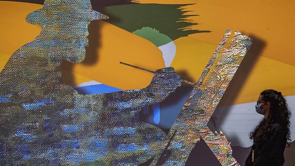 Der Maler malt, das Publikum ist mitten drin: Eindrücke aus dem Immersiv-Raum der Monet-Show.